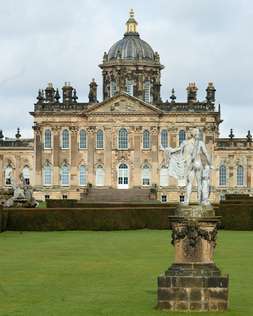 &lt;p&gt;Das Castle Howard in North Yorkshire, das&amp;nbsp;2008 als Kulisse für die Verfilmung von ›Wiedersehen mit Brideshead‹ diente. (Foto: © RRRR NNNN [&lt;a href=&quot;https://creativecommons.org/licenses/by-sa/2.0/&quot; target=&quot;_blank&quot;&gt;CC BY-SA 2.0&lt;/a&gt;], via Wikimedia Commons)&lt;/p&gt;<br/>