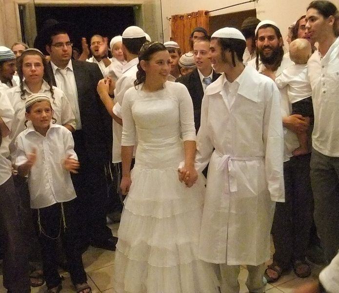 &lt;p&gt;Traditionelle jüdische Hochzeit (Foto: © יעקב (Own work) [&lt;a href=&quot;https://creativecommons.org/licenses/by-sa/3.0/&quot; target=&quot;_blank&quot;&gt;CC BY-SA 3.0&lt;/a&gt;], via Wikimedia Commons).&lt;/p&gt;<br/>