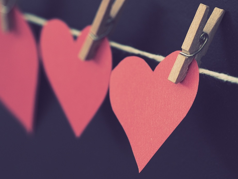 "<p>Foto via <a href=""https://www.pexels.com/photo/photo-of-red-heart-shaped-paper-hanging-on-rope-786799/"" target=""_blank"">pexels.com</a></p><br/>"