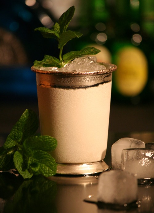 Foto: Cocktailmarler, Mint Julep im Silberbecher, CC BY-SA 3.0